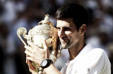 Novak Djokovic sonríe con su trofeo de campeón de Wimbledon 2018. Foto: zimbio.com