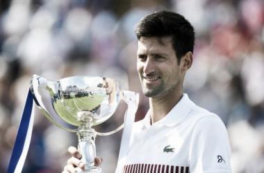Djokovic posa junto al título de campeón logrado el año pasado. Foto: ATP World Tour.