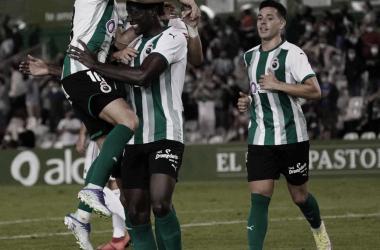 Abrazo entre Pablo Torre y Patrick Soko, asistente y goleador en la noche de hoy. Imagen: RRC