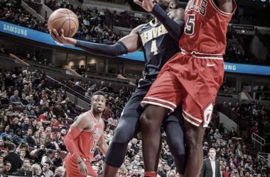 La figura del partido, Paul Millsap de Denver Nuggets intentando anotar ante la marca de Bobby Portis de Chicago Bulls