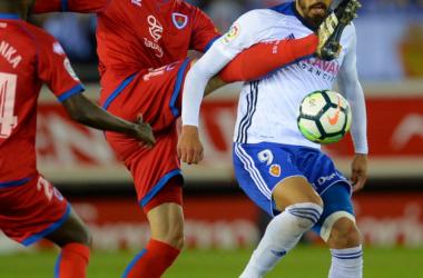 Carlos Gutierrez, golpeo a placer a Borja Iglesias a lo largo del partido con la complacencia arbitral. Foto: La Liga 123