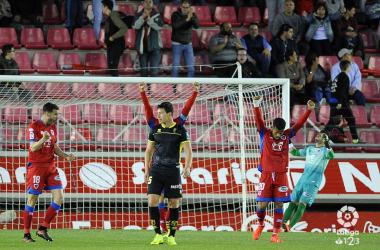 Los jugadores del CD Numancia celebran la victoria, ante la resignación de Aguirre / FOTO: LaLiga