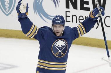 Taylor Hall llega a los Bruins. NHL.com.