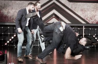Adam Cole, Bobby Fish y Kyle O'Reilly atacando a Drew McIntyre en la rampa de entrada | Fuente: WWE.com