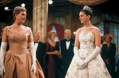 Mia Thermopolis e sua avó, Clarisse, vestidas para o baile, no primeiro filme (Foto: Netflix)