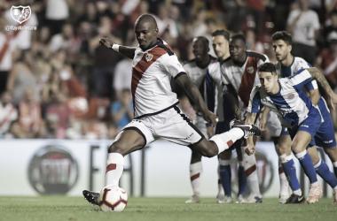 Kakuta rematando el penalti | Fotografía: Rayo Vallecano S..A.D.