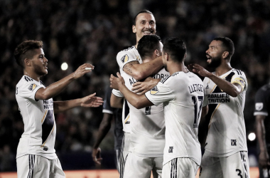 Zlatan Ibrahimovic el héroe de los galácticos celebrando su doblete con sus compañeros | Fotografía: Los Angeles Galaxy