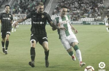 Saveljich luchando el balón en el partido | Fuente: UD Almería