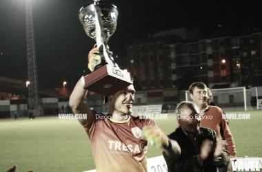 Javi Porrón, levantando la Copa Federación. Foto: Diego Blanco, VAVEL
