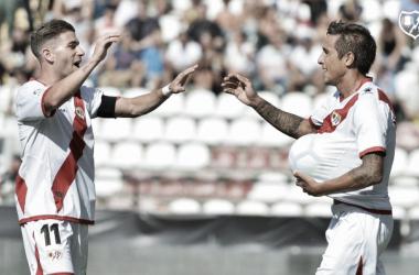 Trejo y Embarba tras un gol del argentino la anterior temporada | Fotografía: Rayo Vallecano S.A.D.