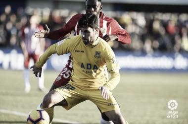Jaime Gavilán disputa un balón frente al Almería. LaLiga 1|2|3