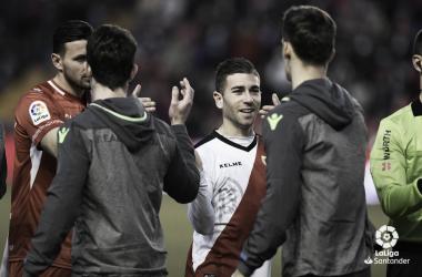 Embarba recibiendo a los jugadores de la Real Sociedad   Fotografía: LaLiga Santander