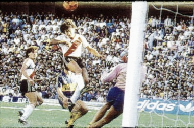 El Beto Alonso vencía la resistencia de Hugo Gatti gracias a un buen cabezazo. Foto: Pasión Monumental.
