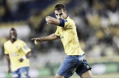 David García besando el brazalete de capitán. | Foto: www.udlaspalmas.es
