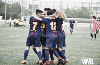 El FCB Cadete B celebrando un gol ante l'Escola F. Gavà. Foto: Noelia Déniz, VAVEL