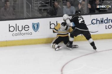 Dustin Brown comete un cross-checking sobre Justin Schultz, provocando que el jugador de Penguins no vuelva al encuentro (Fuente: NHL-NBC)