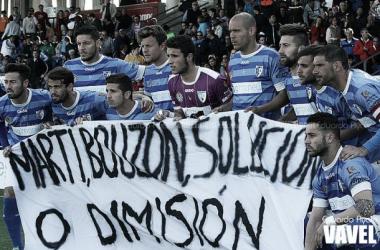 Los jugadores del Lucena protestando ante los impagos a la plantilla.
