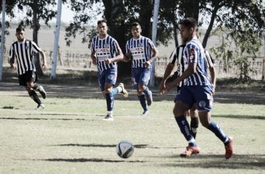 Nicolás Salinas -Godoy Cruz- domina la pelota. | Foto: Antonella Arcangeletti.