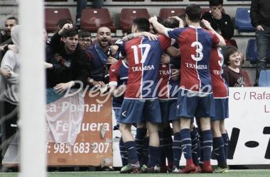 Los jugadores del UP Langreo celebran con su afición uno de los tantos del encuentro ante el Alondras. Foto: Diego Blanco VAVEL