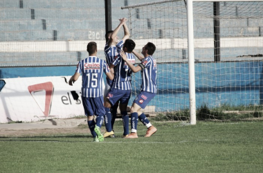 Lencinas, Freites y Pipistrelli festejan junto al autor del segundo gol, Fer Nuñez. | Foto: Antonella Arcangeletti - VAVEL.