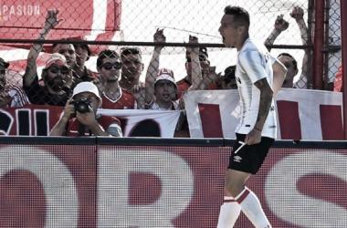 Auzqui, festejando su gol ante la mirada de los hinchas de River. Foto: PinchaPasión