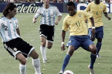 Ayala y Robinho en la Final de la Copa América 2007. | Foto: Zona Deportiva