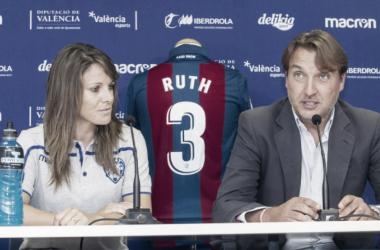 Ruth y Qico Catalçan en la presentación de la jugadora. Foto: Levante UD Femenino