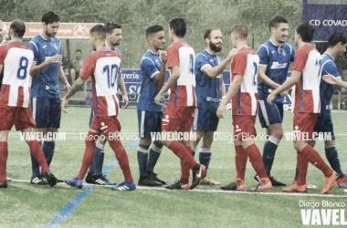 Los jugadores de ambos conjuntos saludándose antes del encuentro. Foto: Diego Blanco, VAVEL