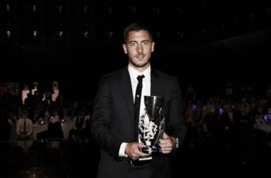 Eden Hazard tras recibir el premio el pasado domingo. | Foto: www.chelseafc.com