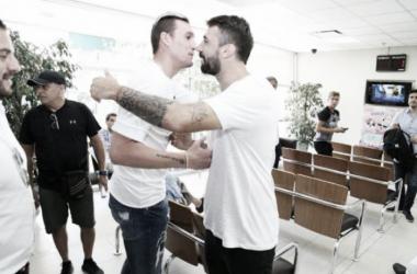 Armani y Pratto se abrazaron en la Clínica Rossi, en donde superaron la revisión médica. Foto: River oficial.