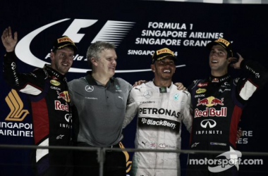 Rosberg abandona, Hamilton vence em Cingapura e assume liderança
