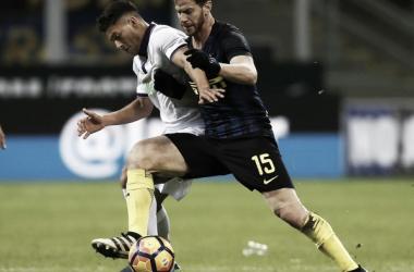 Joshua Pérez disputa el balón con Cristian Ansaldi | Foto: Serie A
