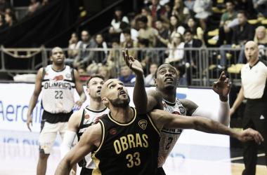 Mc Morrow y Justin Williams luchan por obtener el balón. Foto: LNB Contenidos