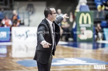 Diego Ocampo da instrucciones a sus jugadores durante el Iberostar Tenerife - Movistar Estudiantes. Fotografía: Tony Cuadrado   VAVEL España