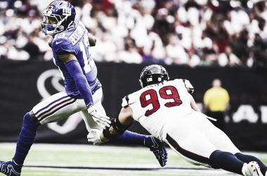 Odell Beckham elude el tackle de J.J Watt. (Imagen: Giants.com)