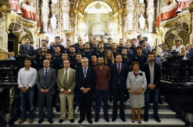 El Granada CF realiza la ofrenda floral a la Virgen de las Angustias