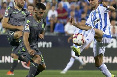 Dani Ojeda pugna con un rival por el balón. Foto: CD Leganés