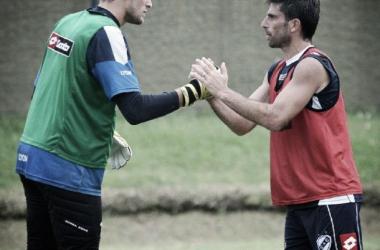 El saludo de Burrai y Braña luego del encuentro de titulares. | Foto: Prensa Guillermo Brown