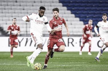 Lyon vira em casa, mas Brest arranca empate nos acréscimos