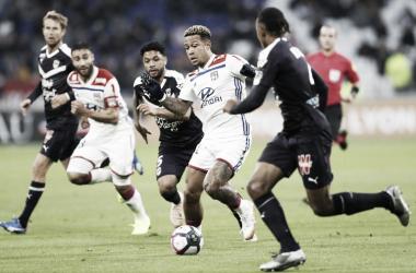 En el campo el Burdeox y el Lyon se disputan el balón // Fuente: Ligue 1