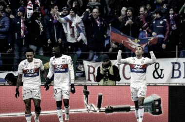 Jugadores del Olympique de Lyon con aficción del Moscú a sus espaldas // Fuente: OL