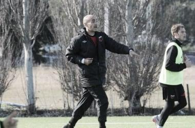 Paolo Montero dirigiendo el entrenamiento. Foto: Olé