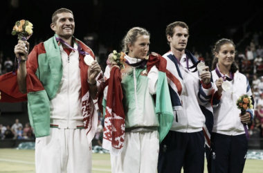 Gold medalists Victoria Azarenka and Max Mirnyi of Belarus (left) and silver medalists Laura Robson and Andy Murray of Great Britain pose with their medals during the mixed doubles medal ceremony of the London 2012 Olympic Games. | Photo: Clive Brunskill/