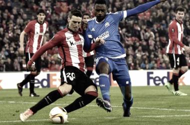 En la imagen un jugador del Athletic Club de Bilbao y del Olympique de Marsella pelean por el balón en sus pies // Fuente: Olympique de Marsella