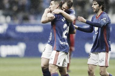 Sául Berjón celebra junto a Carlos Hernandez y Fabbrini el gol del asturiano en la última victoria en en Tartiere. Imagen: realoviedo.com