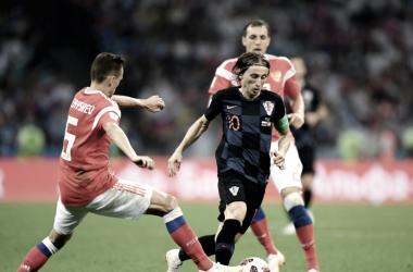 Luka Modrić zafansoe de dos rivales rusos. Foto:  es.fifa.com