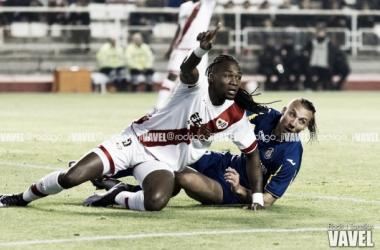 Manucho siendo derribado por un rival | Fotografía: Rodri J Torrellas