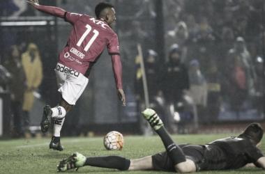 Bryan Cabezas festeja el segundo gol ante la mirada de Agustín Orión. Foto: Reuters