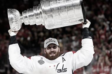 Orpik celebrando la Stanley Cup conseguida con los Capitals | Foto: NHL.com
