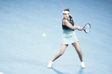 Naomi Osaka golpea de revés durante su partido ante Pliskova. Foto: gettyimages.es
